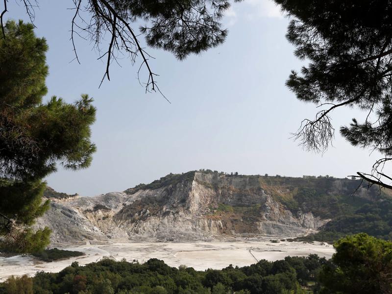 В Неаполе на глазах у семилетнего мальчика упали в кратер вулкана и погибли его брат, отец и мать