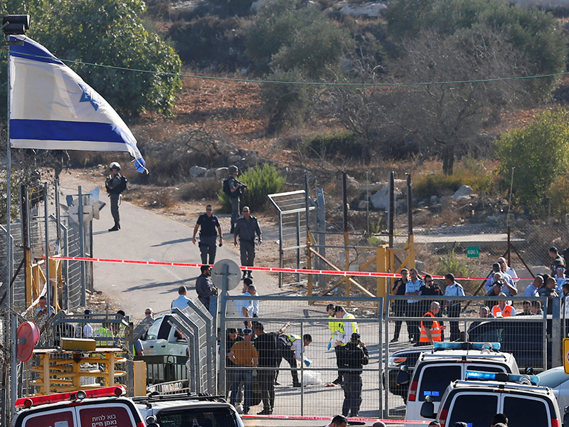 Рано утром вторника, 26 сентября, террорист открыл огонь в израильском поселении Ар Адар, расположенном северо-западнее Иерусалима. Три человека получили тяжелые ранения и скончались, четвертый пострадавший в крайне тяжелом состоянии доставлен в иерусалимскую больницу