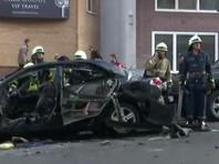 По данным телеканала, внутри салона взорвавшегося автомобиля находилась женщина. Ее оперативно достали из машины и отправили в больницу на скорой. Пострадал еще один автомобиль, расположенный поблизости