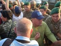 """Медуза"""" с места событий сообщает, что соратники взяли экс-президента в кольцо, прорвали кордон пограничников и внесли его на территорию Украины"""
