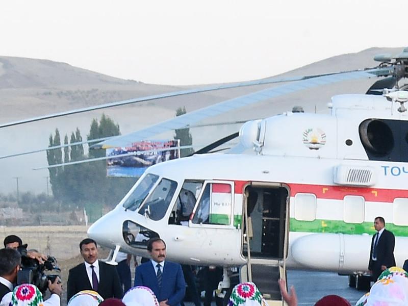 В Таджикистане при взлете президентского вертолета начальника аэропорта завернуло в ковер и смертельно ударило о камни