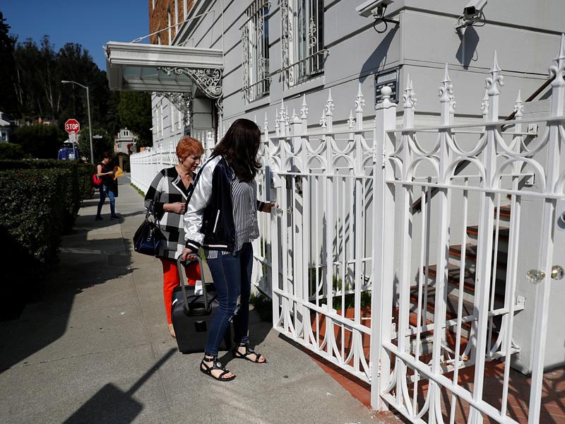 Закрытие генконсульства РФ в Сан-Франциско по требованию администрации США является недружественным шагом со стороны Вашингтона, из-за которого возникнут проблемы у простых людей