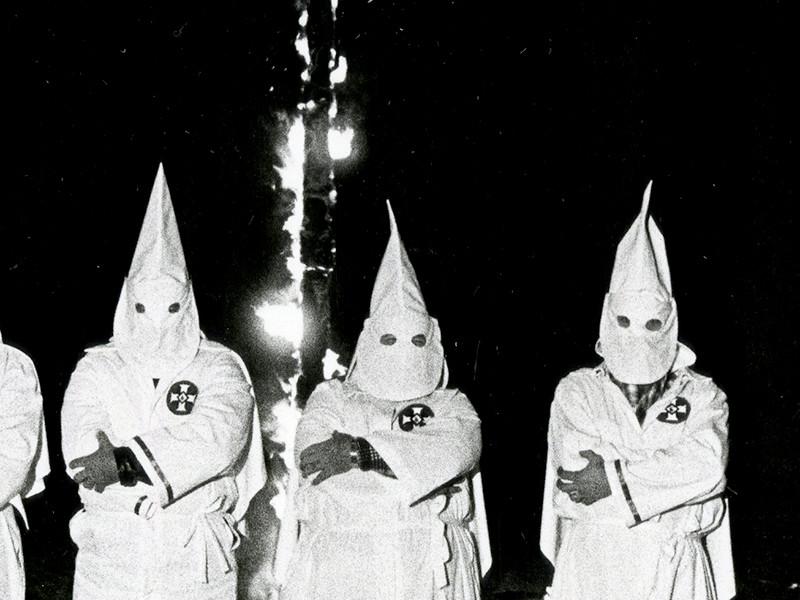 В США пятерых школьников отчислили из футбольной команды из-за фотографии в образе Ку-Клукс-Клана на фоне горящего креста