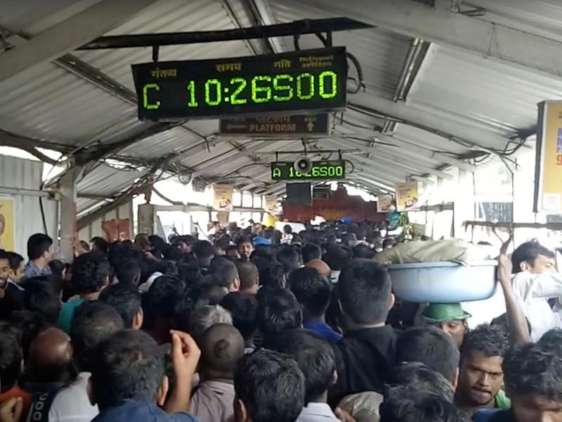 В Индии из-за давки на железнодорожной станции погибли более 20 человек (ВИДЕО)