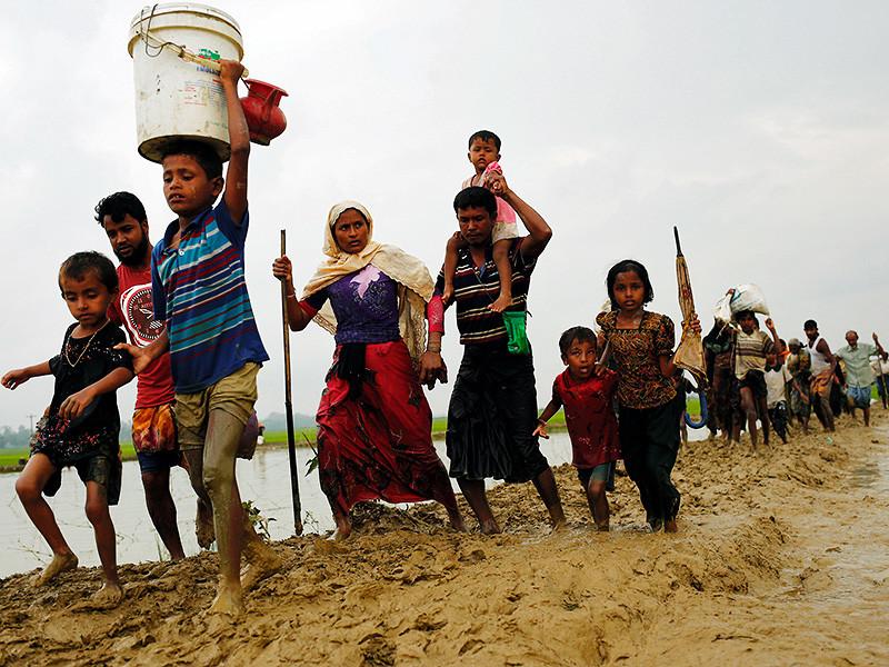Этнический конфликт в Мьянме привел к полномасштабному гуманитарному кризису в соседнем Бангладеш и вызвал озабоченность мировой общественности. Власти страны обвиняют повстанцев из отрядов самообороны мусульман-рохинджа в осквернении буддийских святынь. В свою очередь беженцы из числа рохинджа говорят о массовых убийствах и особой жестокости представителей силовых ведомств