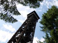 Башня в районе Заксенаузен была одной из самых высоких деревянных смотровых башен в Германии, напоминает Frankfurter Allgemeine. Она была построена в 1931 году и до 1999 года оставалась самым высоким общедоступным деревянным строением в стране