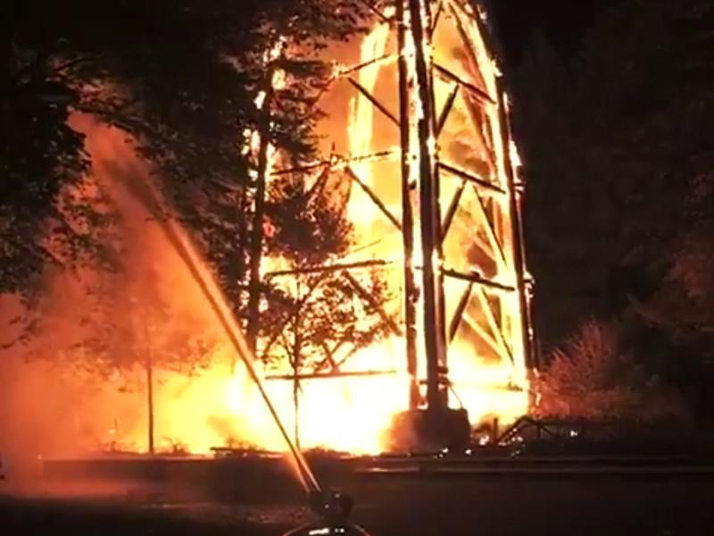 Рано утром четверга, 12 октября, во Франкфурте-на-Майне загорелась одна из самых известных городских достопримечательностей. Пожарные не рискнули тушить деревянную башню и следили только за тем, чтобы огонь не распространился на близлежащие здания