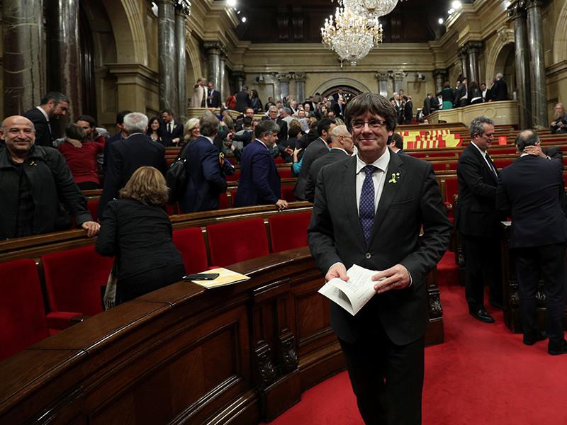 """Лишенный поста властями в Мадриде лидер Каталонии Карлес Пучдемон объявил о начале """"демократического сопротивления"""". Он отказался передавать власть, подчеркнув, что """"в демократическом обществе только парламенты назначают или снимают президентов"""""""