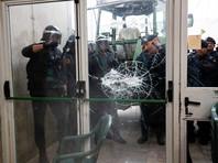 В Каталонии в первые минуты после начала голосования на сепаратистском референдуме происходят столкновения с полицией у избирательных участков
