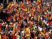"Собравшиеся держат в руках флаги Испании и Каталонии и скандируют: ""Слава Испании"", ""Каталония - это Испания"", ""Я испанец, испанец, испанец"""
