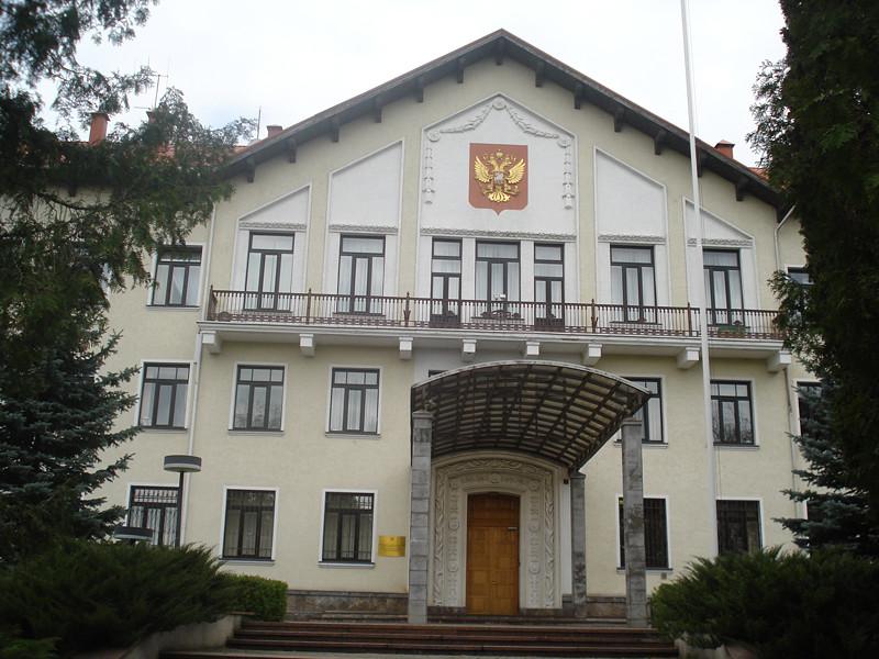 """Посольство РФ в Литве назвало """"гнусными"""" таблички у советских памятников, предупреждающие о несоответствии исторической правде"""