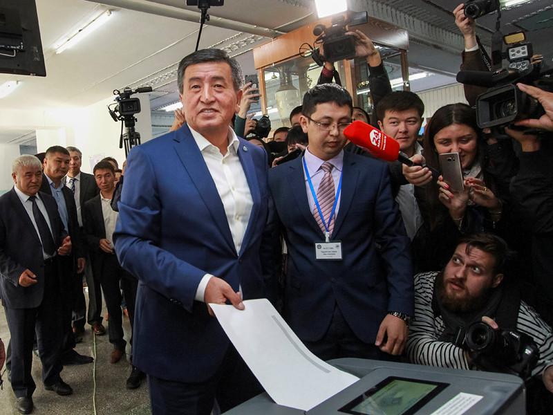 В Киргизии считают голоса на выборах президента, провластный кандидат Жээнбеков захватил лидерство