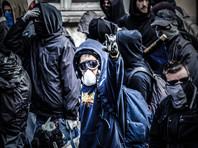 Помимо мусульманских головных уборов, в общественных местах запрещены медицинские и клоунские маски, балаклавы и респираторы. Штраф - 150 евро
