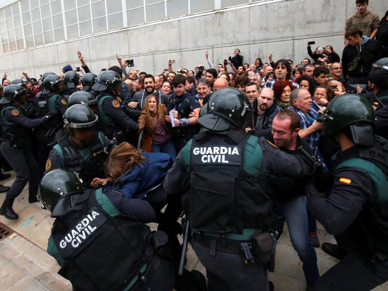 В Каталонии во время жесткого подавления полицейскими референдума об отделении региона от Испании счет пострадавшим пошел на сотни