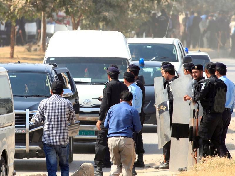 Национальное бюро подотчетности Пакистана (NAB) арестовало зятя бывшего премьер-министра Наваза Шарифа капитана Мухаммада Сафдара в рамках громкого антикоррупционного расследования, ведущегося в отношении экс-главы правительства, членов его семьи и приближенных