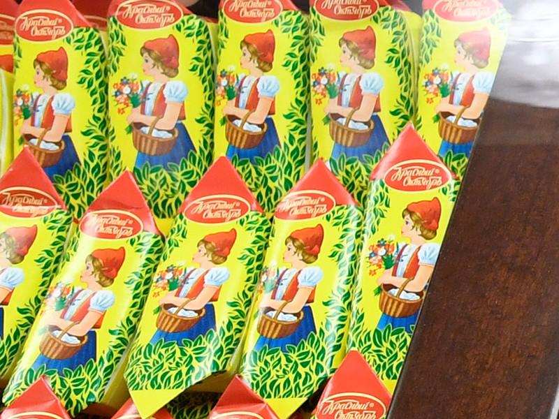 """Российские кондитеры из """"Красного Октября"""" через суд в Вильнюсе добились запрета на выпуск конфет под маркой """"Красная шапочка"""" литовской кондитерской фабрикой Naujoji Ruta, основанной в 1976 году и контролирующейся концерном Achemos"""