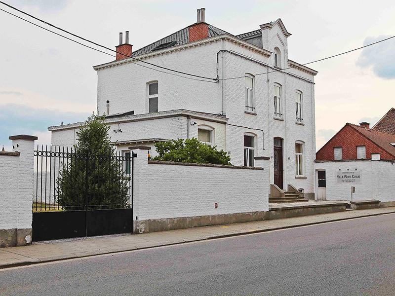 Площадь дома составляет 450 квадратных метров, но цена не указана. По мнению экспертов, она может достигать по меньшей мере 1,2 миллиона евро