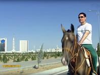 Президент Туркменистана осмотрел новостройки безлюдного Ашхабада верхом на коне (ВИДЕО)