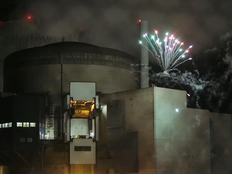 Активисты французского подразделения Greenpeace в ночь на 12 октября проникли на территорию атомной электростанции Каттеном и запустили фейерверк