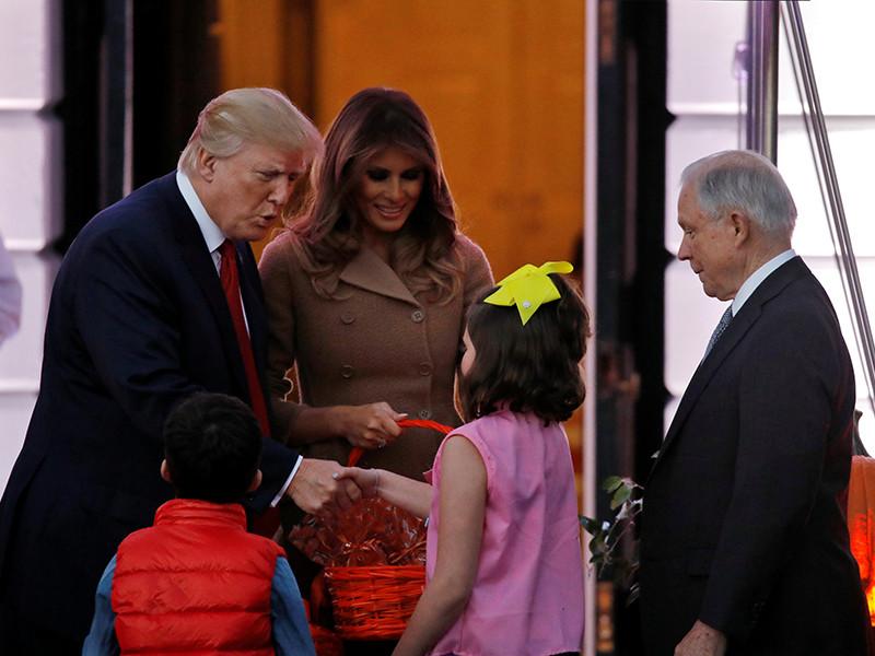 Хеллоуин в Белом доме: Трамп с недовольным лицом раздал детям конфеты (ФОТО)