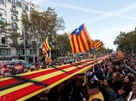 """Многие собравшиеся принесли с собой """"эстеладу"""" - неофициальный флаг каталонских земель, символ сторонников независимости области. Собравшиеся скандируют: """"Свобода"""""""