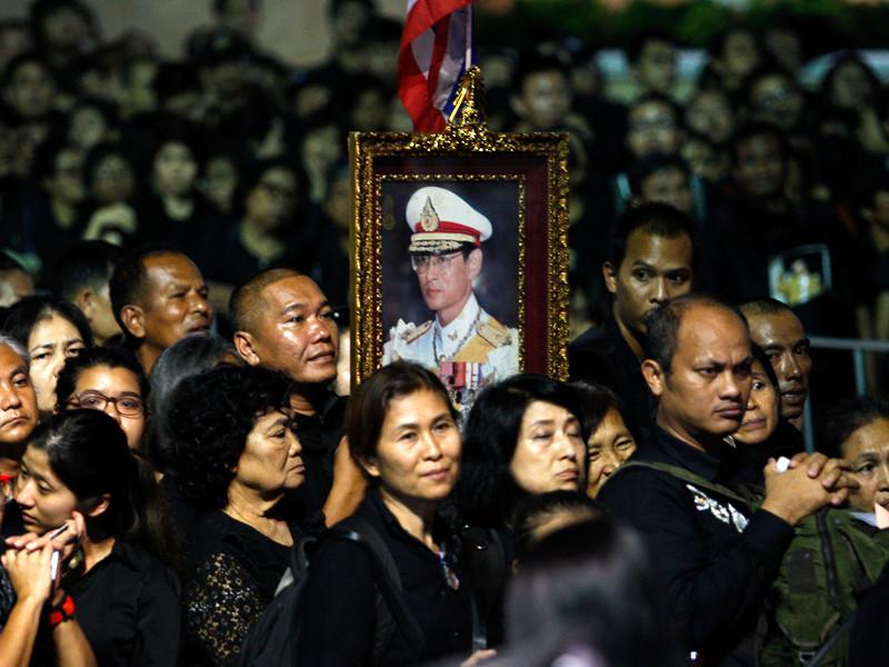 В Таиланде спустя год хоронят короля: гражданам запрещено кричать и делать селфи (ФОТО)
