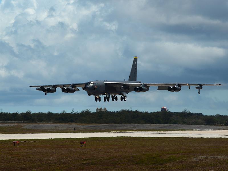 Приведение бомбардировщиков в боевую готовность, которые базируются на авиабазе Барксдейл в штате Луизиана, означает, что на взлетно-посадочной полосе в круглосуточном режиме будут дежурить готовые к мгновенному вылету B-52 c ядерным оружием. Подготовка на базе уже идет