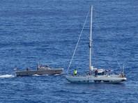 Двух американок, пять месяцев дрейфовавших на яхте в Тихом океане, доставили на базу ВМС США на Окинаве