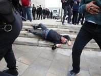 Местные власти критикуют полицию за применение силы: очевидцы сообщают, что по желавшим проголосовать в Барселоне стреляли резиновыми пулями, в толпу кидали светошумовые гранаты