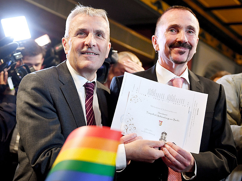 В Германии власти впервые зарегистрировали однополый брак. Свидетельство о заключении брачного союза в ратуше берлинского района Шенеберг в воскресенье, 1 октября, получили 60-летний Бодо Менде и 59-летний Карл Крайль