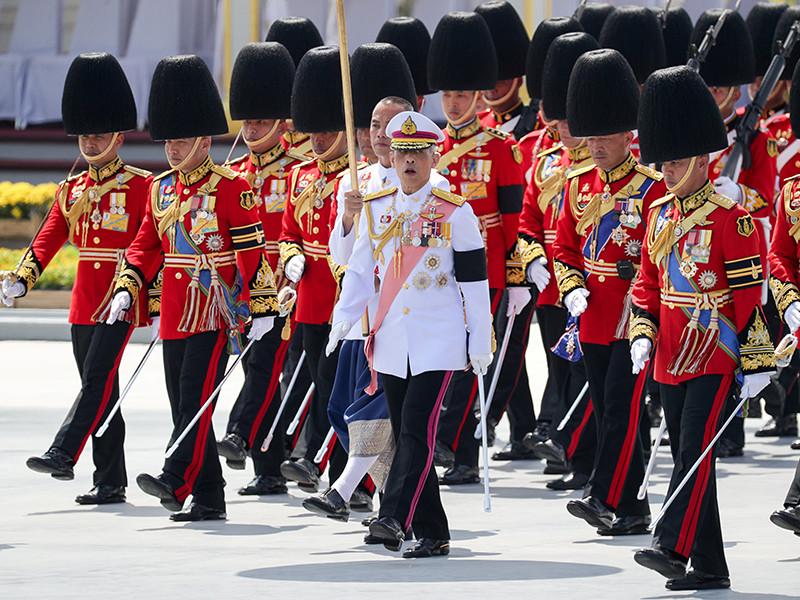 Похороны короля Таиланда: правящий монарх собрал  прах отца после кремации (ФОТО)