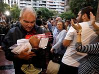 Каталонцы заранее выстраивались в очереди к блокированным школам в ожидании голосования на референдуме о независимости автономии