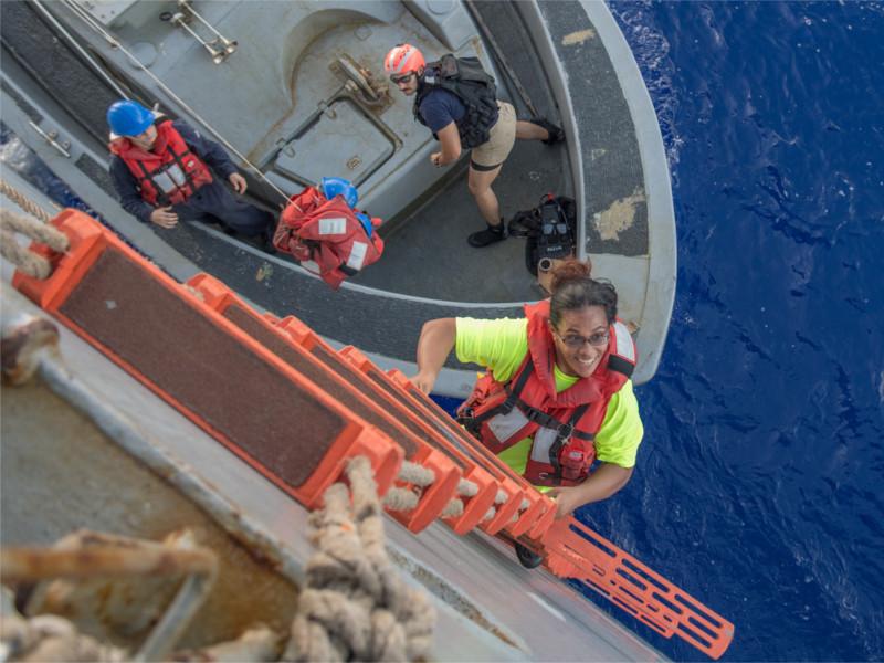 Американские моряки спасли двух девушек, пять месяцев дрейфовавших на яхте в Тихом океане