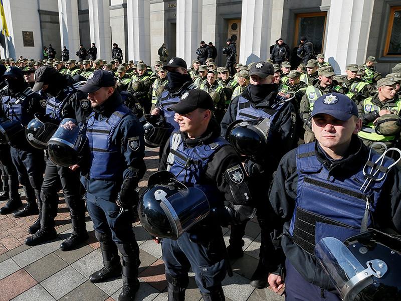 В центре Киева сотрудники правоохранительных органов начали штурмовать палаточный городок протестующих на улице Грушевского