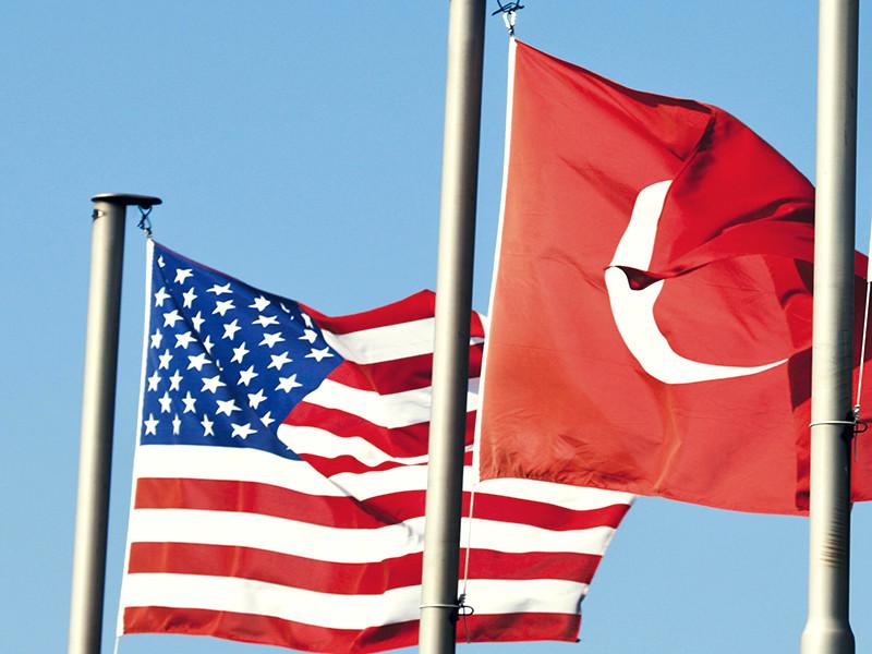 Посольство США в Анкаре и турецкая дипмиссия в Вашингтоне прекратили выдачу виз для граждан двух стран. Обмен дипломатическими санкциями произошел через несколько дней после того, как был арестован сотрудник генконсульства Соединенных Штатов в Стамбуле Метин Топуз