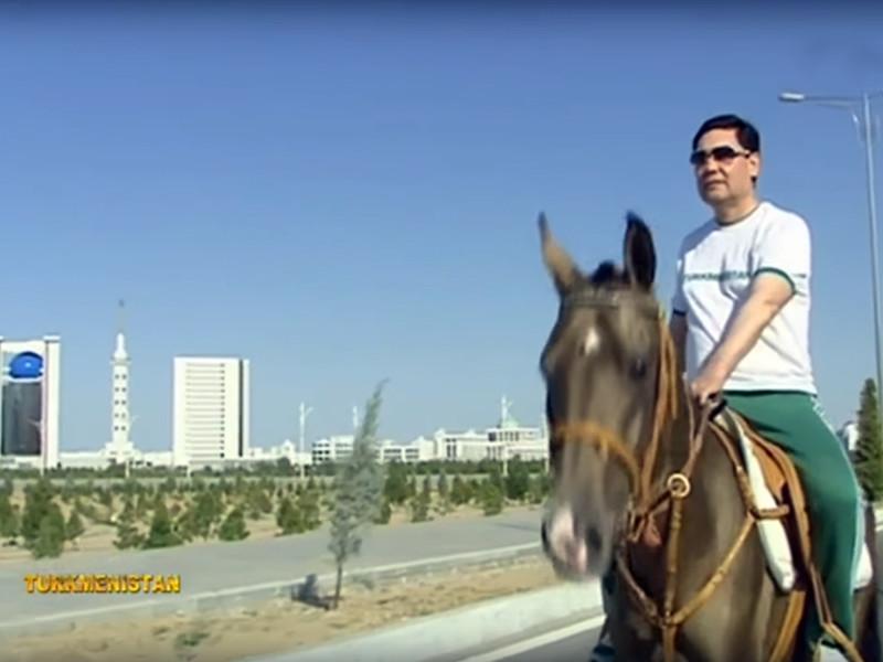 Президент Туркменистана Гурбангулы Бердымухамедов по просьбе мэра Ашхабада верхом на коне осмотрел строительные объекты столицы