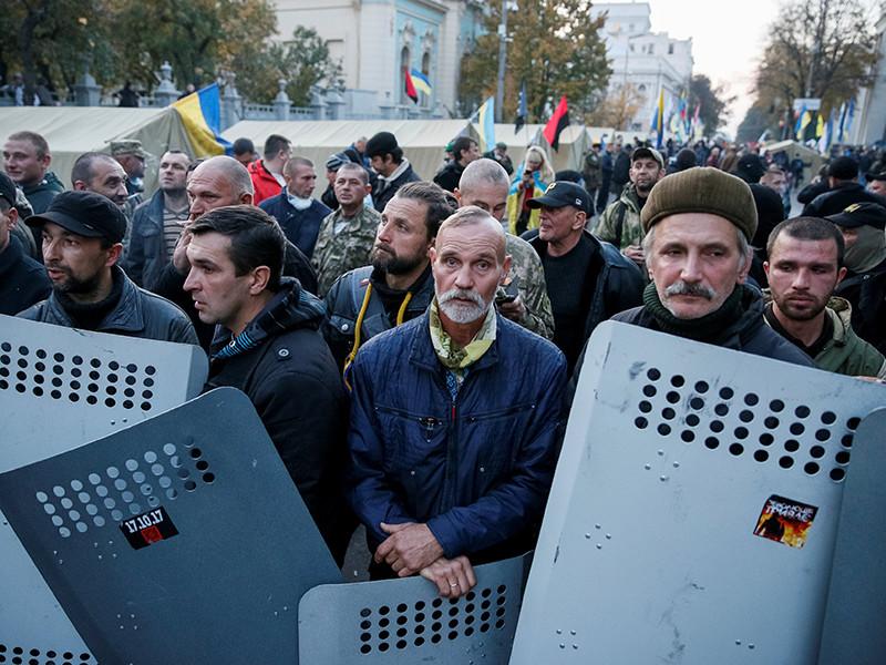 """Президент Украины Петр Порошенко заявил о том, что требования организаторов акций протеста в центре Киева являются лишь """"дымовой завесой"""""""