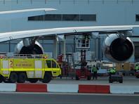 """Крупнейший в мире авиалайнер Airbus A380 во время полета """"потерял"""" обшивку двигателя"""