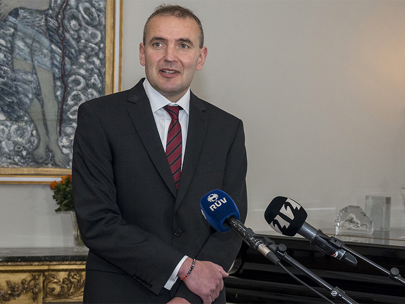 Президент Исландии сломал нос, упав в ванной