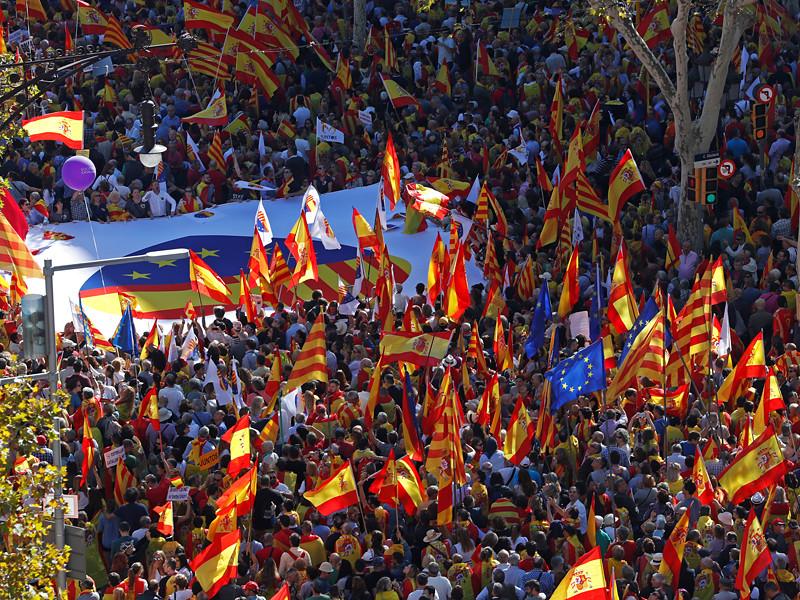 Противники независимости Каталонии собрались в воскресенье в Барселоне. Участники начавшегося после полудня по местному времени (14 часов по Москве) марша выражают несогласие с решением местных властей, объявивших о независимости автономного сообщества