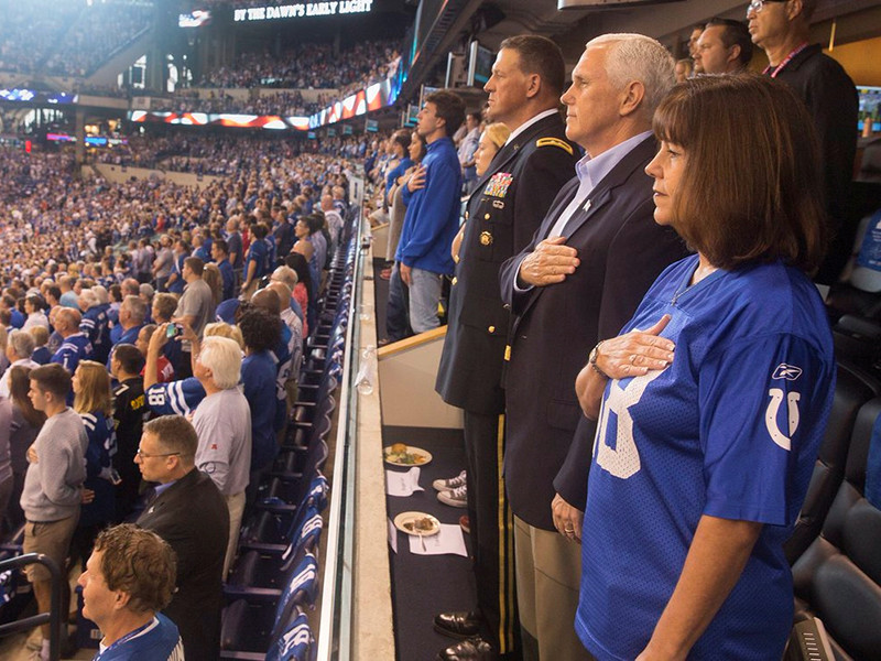 Вице-президент США демонстративно ушел с матча NFL, обвинив футболистов в неуважении к стране