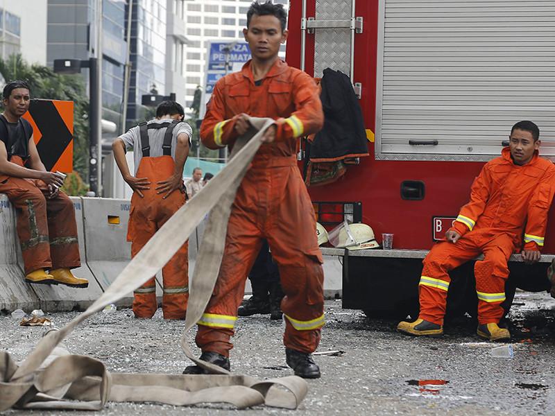 От мощного взрыва на фабрике фейерверков в Индонезии погибли десятки человек