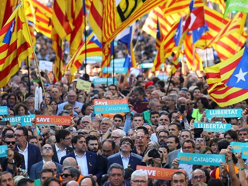 Тысячи человек в Барселоне вышли в субботу вечером на демонстрацию в защиту независимости и с призывом отпустить заключенных под стражу Жорди Санчеса и Жорди Куишарта - лидеров организаций Национальная каталонская ассамблея и Оmnium Cultura