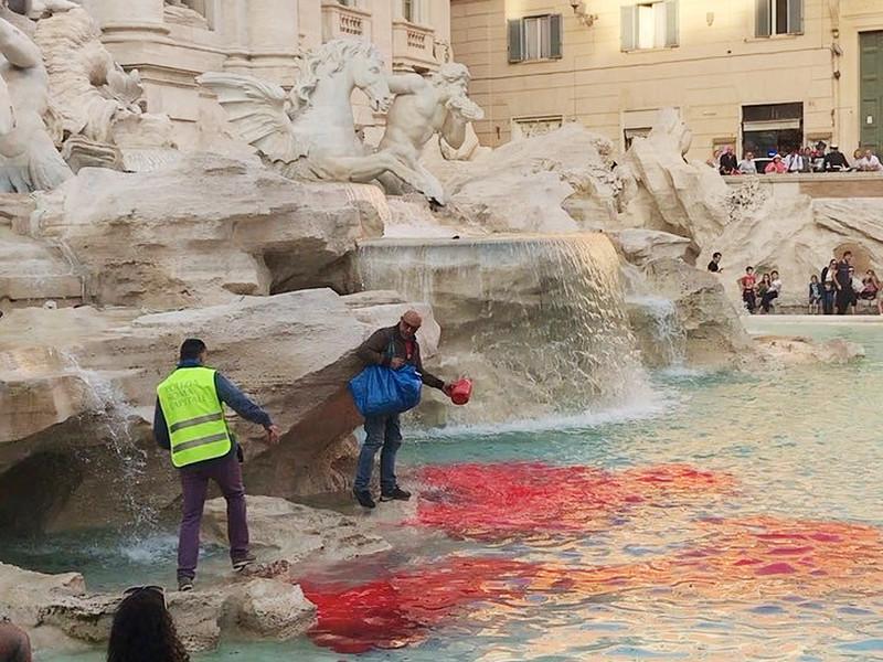Итальянский художник второй раз за десятилетие обагрил воды фонтана Треви в Риме (ФОТО)