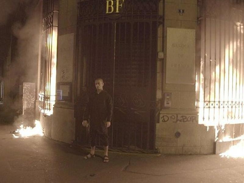 Французский ЦБ подаст иск к Павленскому из-за поджога двери
