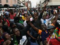 Накануне в столице страны Хараре прошли многотысячные демонстрации: люди пели, танцевали и обнимали военных