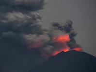 Туристов с Бали, где извергается вулкан, эвакуируют на Яву, где люди гибнут из-за непогоды