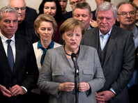 """Агентство AP отмечает, что Меркель придется привлечь в коалицию социал-демократов или сформировать правительство меньшинства, что """"представляется маловероятным"""". Решение СвДП либо вынудит Меркель сформировать правительство меньшинства, либо в Германии состоятся новые выборы"""