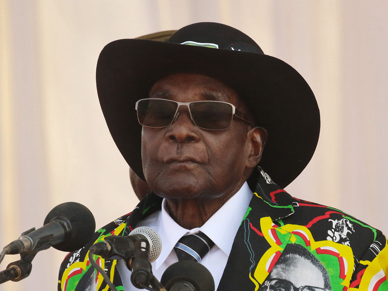 На фоне продолжающегося политического кризиса в Зимбабве, где армия выступила против окружения 93-летнего президента Роберта Мугабе, глава республики по-прежнему не хочет покидать свой пост, лишая тем самым военных возможности произвести смену власти с формальным соблюдением конституции