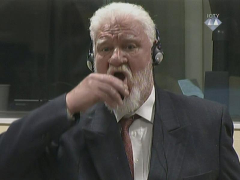 В Гааге на заседании Международного трибунала по бывшей Югославии хорватский генерал Слободан Пральяк демонстративно выпил какую-то жидкость, которую назвал ядом